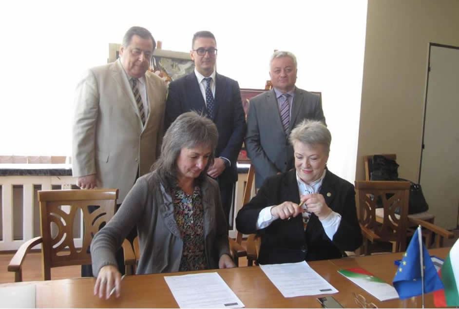 Mrs. Aleksandra CAN, APIUS President (on the right) and Mrs. Nadya VALEVA, EFC President (on the left) are signing a memorandum about partnership in the presence of His Excellence Mr. Ştefan GORDA, the Ambassador of the Republic of Moldova in Bulgaria (on the right), Mr. Stamen YANEV, Director of the Bulgarian Invest Agency (in the middle), and Mr. Bronislav DENEV, representing the diplomatic mission of Bulgaria in Moldova (on the left)